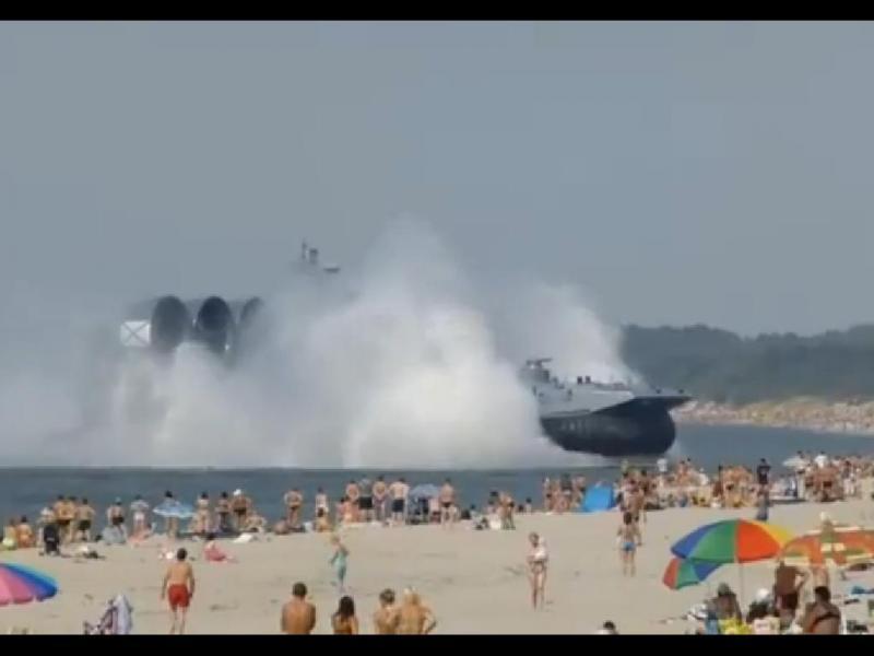 Hovercraft militar russo invade praia cheia de banhistas