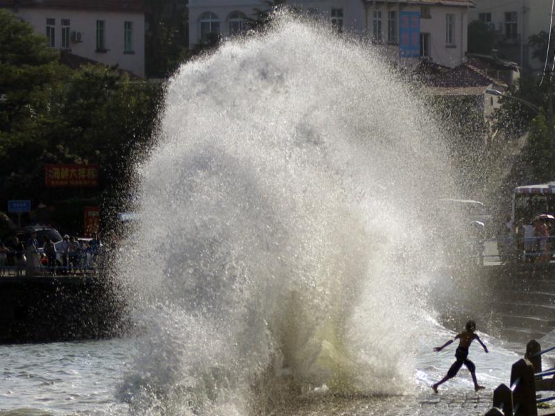 Onda gigante faz 30 feridos (Reuters)