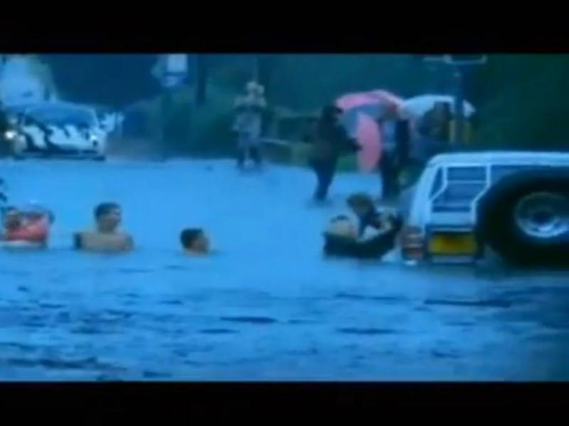 Crianças são resgatadas de carro submerso (Reprodução/Youtube)