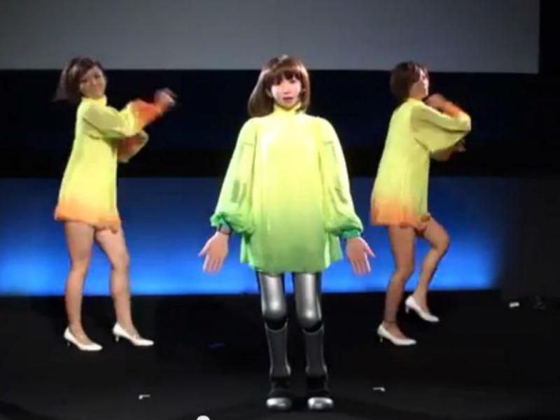 Robô HRP-4C a cantar e a dançar (Youtube/Reprodução)