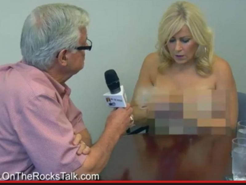 Entrevistadora despe-se diante do presidente da câmara