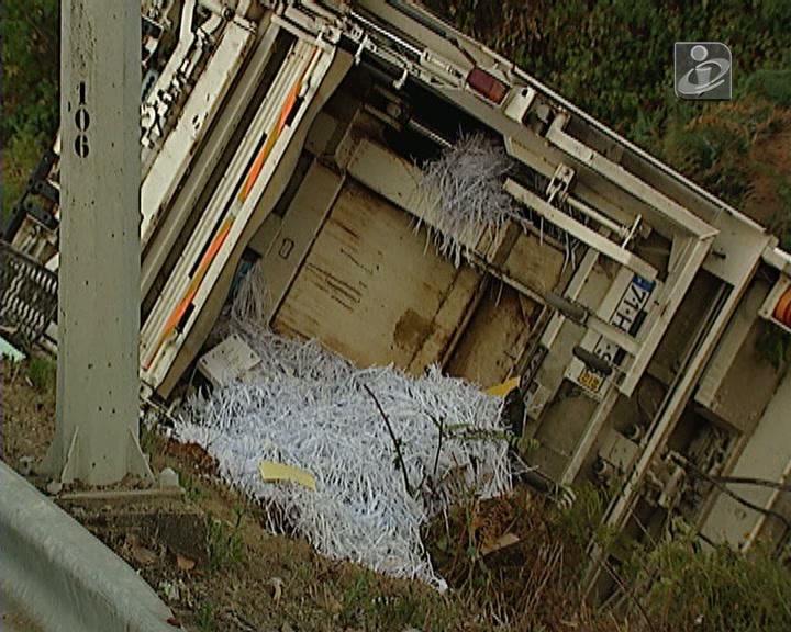 Um morto e dois feridos graves em acidente com camião do lixo na A4