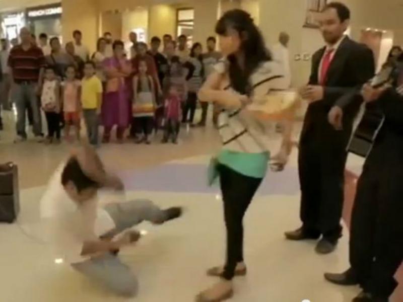 Mulher agride namorado no pedido de casamento (Reprodução/Youtube)