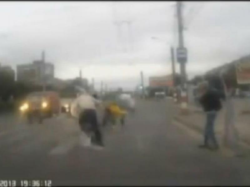 Motociclista bêbado atinge bebé na passadeira (Foto YouTube)