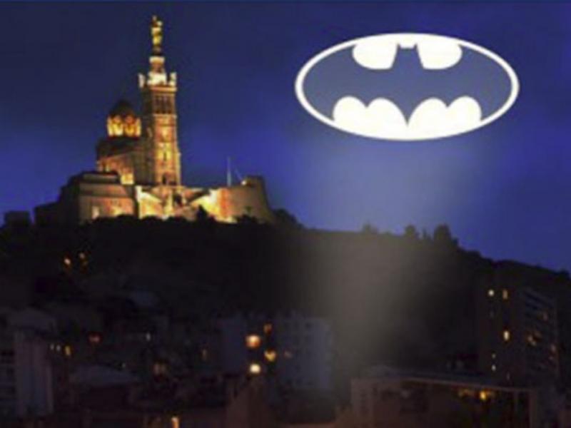 Marselha pede ajuda a Batman para solucionar crimes (Reprodução Facebook)