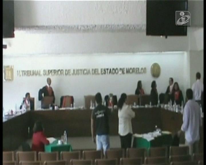 Juiz à pancada dentro da sala de audiências