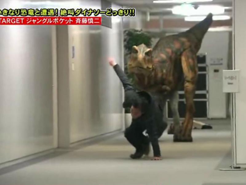 Homem cai enquanto foge de dinossauro (Reprodução/Youtube)
