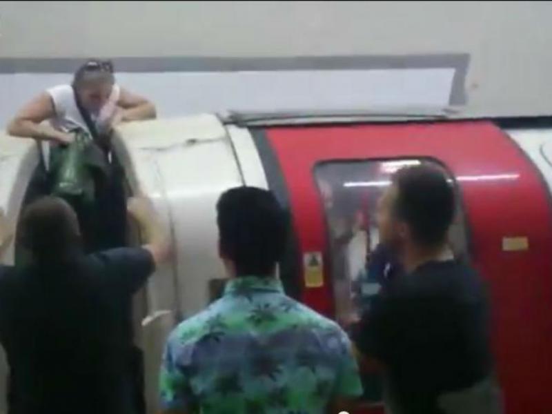 Pânico no metro de Londres obriga pessoas a fugir (Youtube/Reprodução)