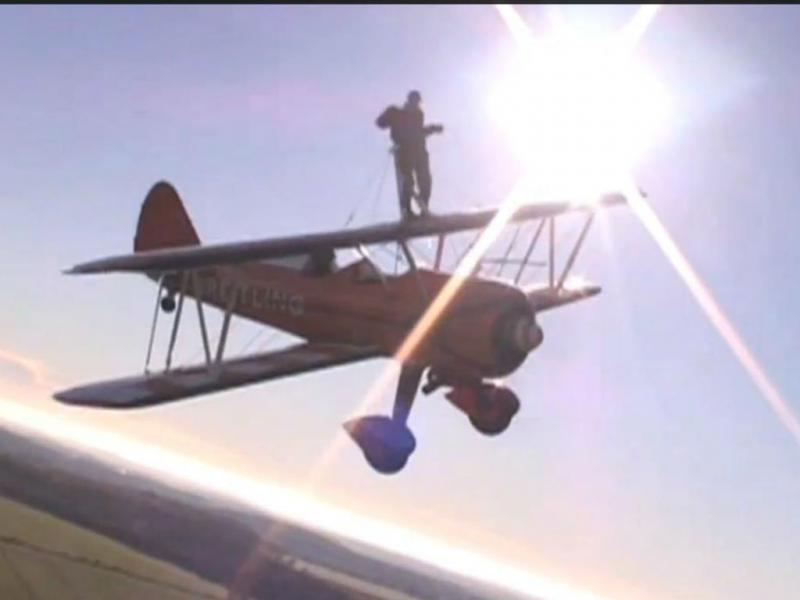 Tem 93 anos e anda em pé em cima de aviões em pleno voo (Foto YouTube)