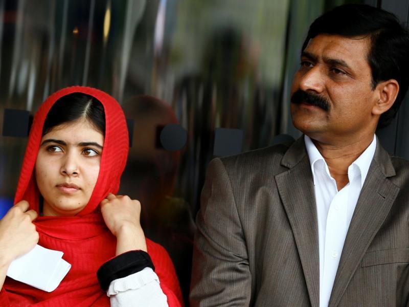 Malala Yousafzai com o pai Ziauddin (REUTERS/Darren Staples)