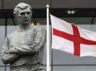 Estátua de Booby Moore à porta do estádio de Wembley (Reuters)