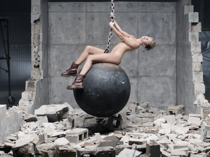 Miley Cyrus no vídeo do single «Wrecking Ball»