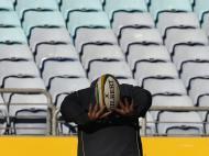 O treinador dos Australian Wallabies, Ewen McKenzie, pega na durante o decorrer do jogo da sua equipa, em Sydney (Reuters)