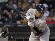 Reação de Alex Rodriguez, dos New York Yankee, ao ser atingido por um arremesso enquanto joga com o Chicago White Sox, no terceiro tempo do jogo de basebol Americano, MBL League, em Chicago (Reuters)