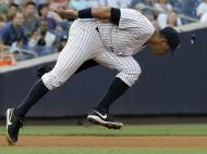 Alex Rodriguez, dos New York Yankees, perde os óculos escuros durante um jogo contra os Toronto Blue Jays (Reuters)