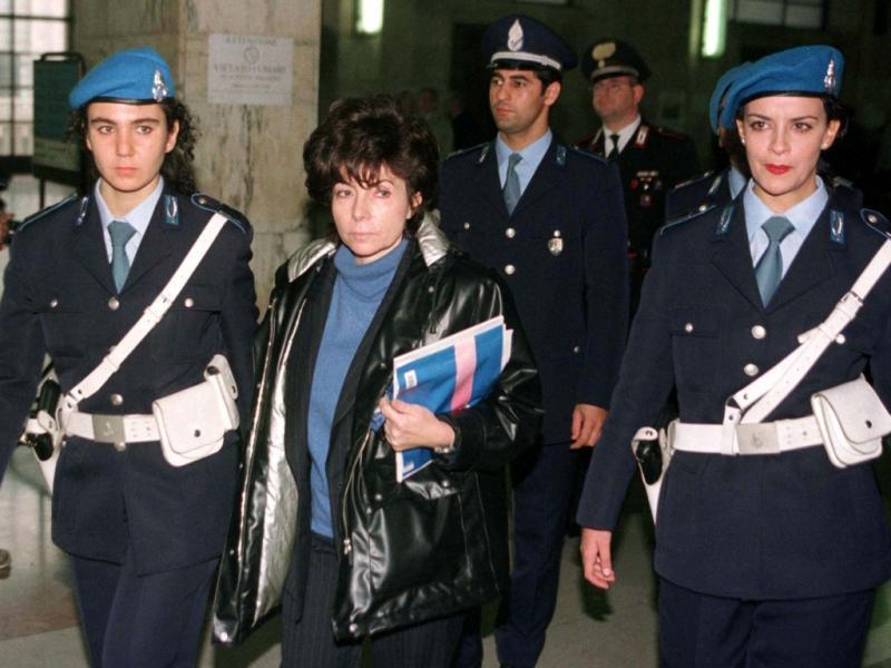 Patrizia Reggiani à saída de audiência no tribunal de Milão em 1998 (REUTERS)