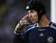 Petr Cech é atualmente o mais conhecido desportista usando em permanência um capacete depois de, em 2006, ter sofrido uma joelhada que o deixou em estado considerado muito grave e vários meses fora de competição (Reuters)