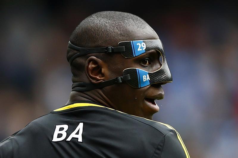 Atualmente, as máscaras já são personalizadas, como a de Demba Ba (Reuters)