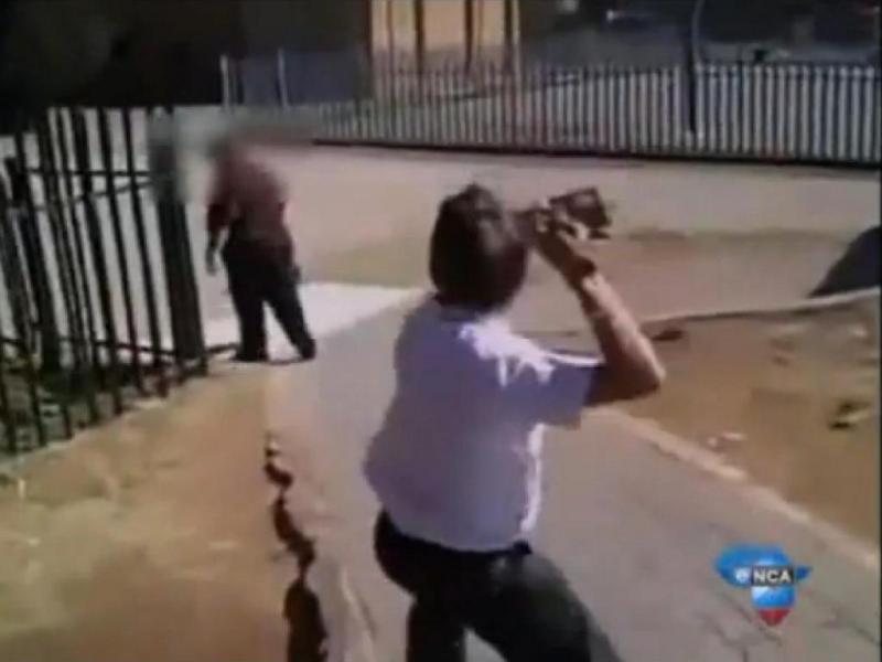 Aluno agride professor na África do Sul (Reprodução Youtube)