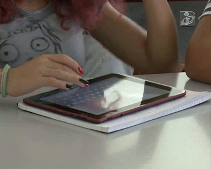 Alunos trocam livros em papel por tablets