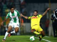 Sérgio Oliveira (Paços de Ferreira) disputa um lance com Ramón Cardozo (Vitória de Setúbal)