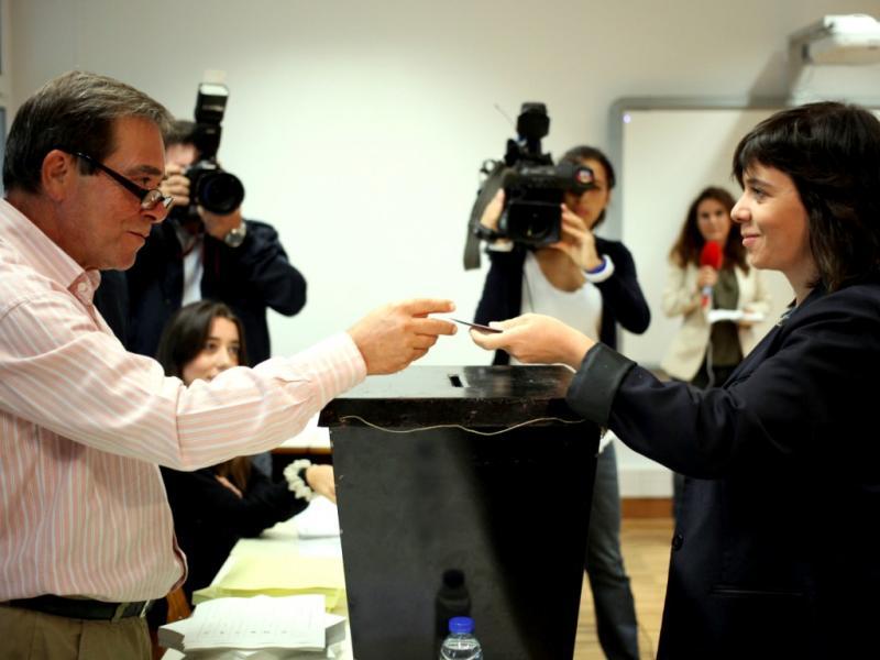 Catarina Martins vota nas eleições autárquicas 2013 (Lusa)