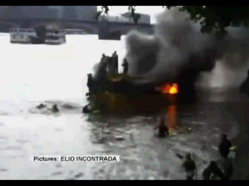 Fogo apanha turistas no rio Tamisa