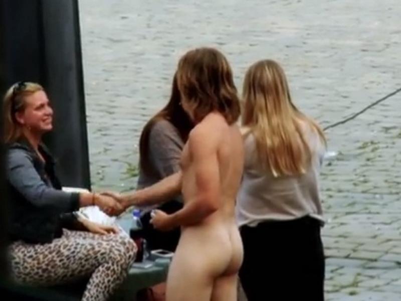 Norueguês sai à rua nu a pedir o telefone a raparigas (Reprodução YouTube)