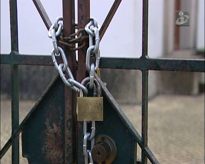 Escola fechada a cadeado em São Marcos da Serra, no Algarve