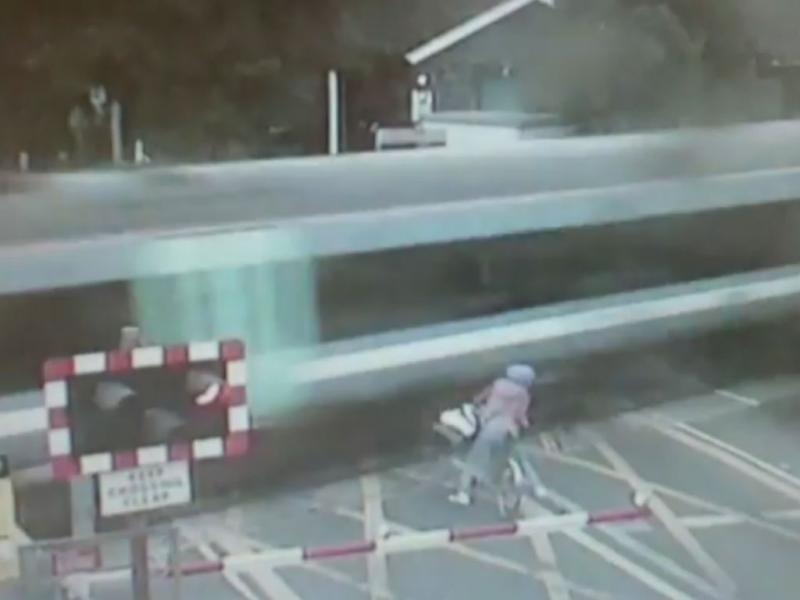 Ciclista quase é colhida por comboio (Youtube)