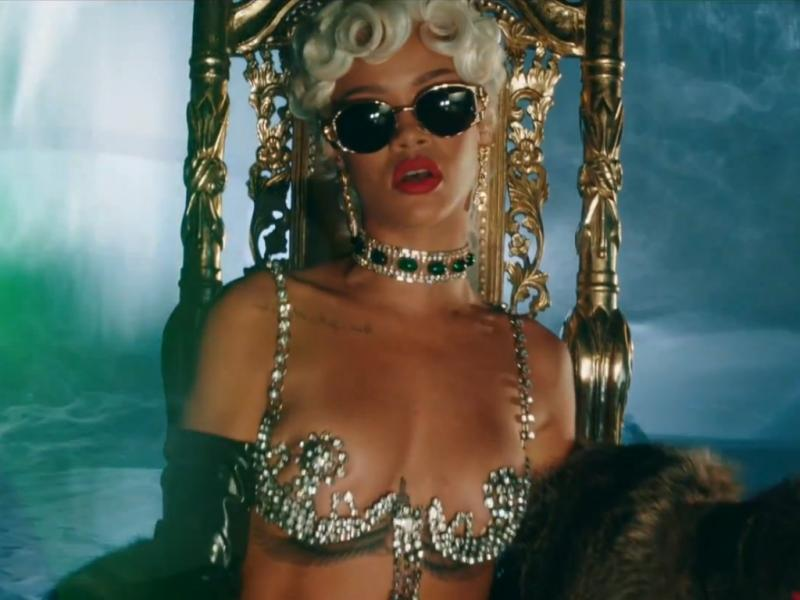Rihanna no vídeo do single «Pour It Up»