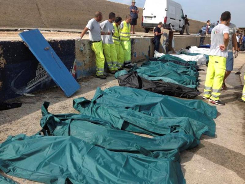 Naufrágio de barca com 500 migrantes faz dezenas de mortos na costa italiana (Reuters)