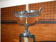 Roland Garros: foto da taça dos mosqueteiros à entrada do balneário masculino [Foto: Luís Mateus]