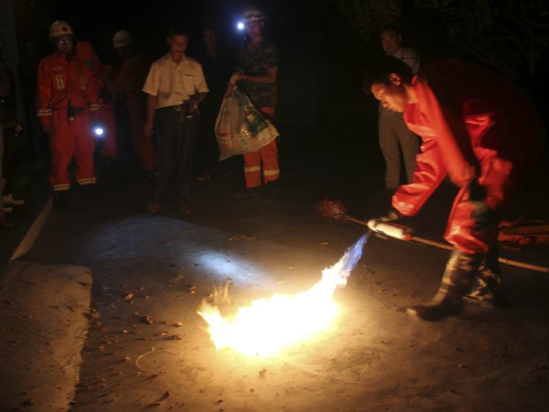 Bombeiros matam vespas assassinas na província de Shansi, China (Reuters)