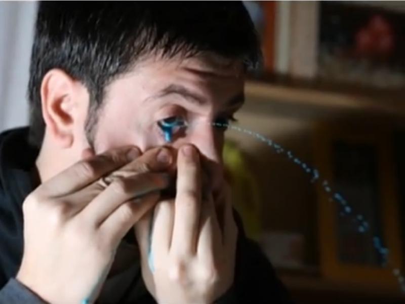 Leandro Granato pinta com os olhos (reprodução/Youtube/Leandro Granato)