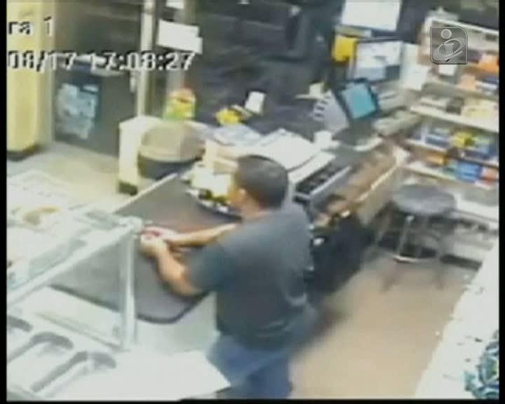 Empregado de mercearia enfrenta ladrão armado