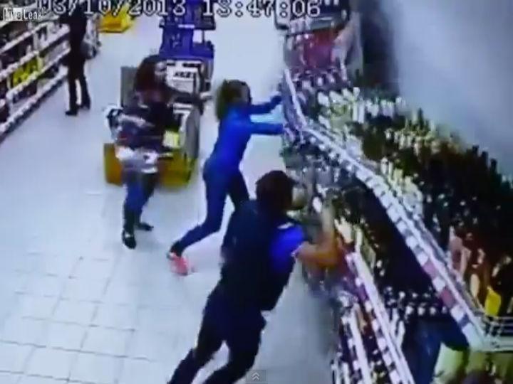 Vídeo mostra prateleira de bebidas de um supermercado a cair (Foto Reprodução Youtube)