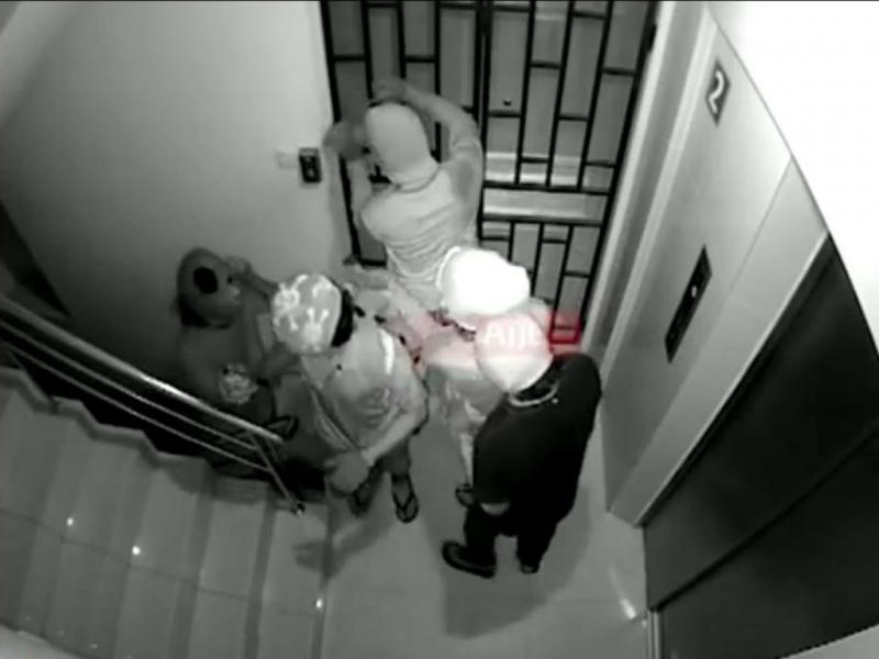 Mascarados invadem e fazem explodir estúdio de televisão (Reprodução YouTube)