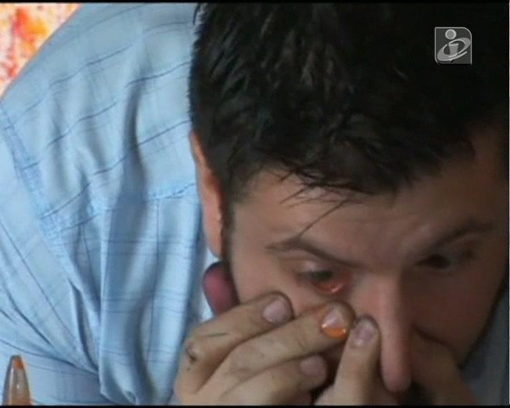 Argentino pinta quadros com lágrimas coloridas