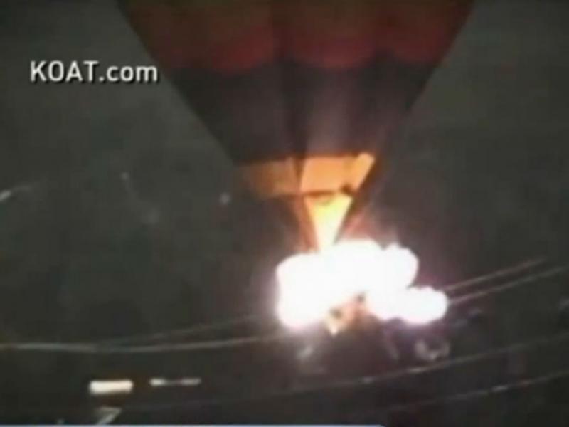 Balão de ar quente cai durante festival