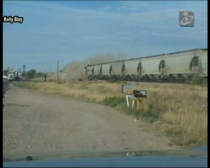 Comboio arrasta camião por vários metros
