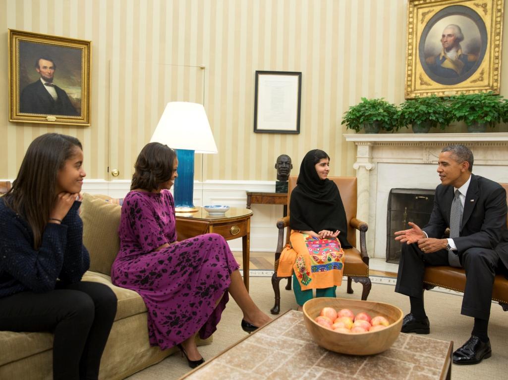 Presidente dos Estados Unidos, Barack Obama, e a mulher Michelle receberam na sexta-feira na Sala Oval, a mais emblemática da Casa Branca, a jovem ativista paquistanesa Malala Yousafzai, de 16 anos (Reuters)