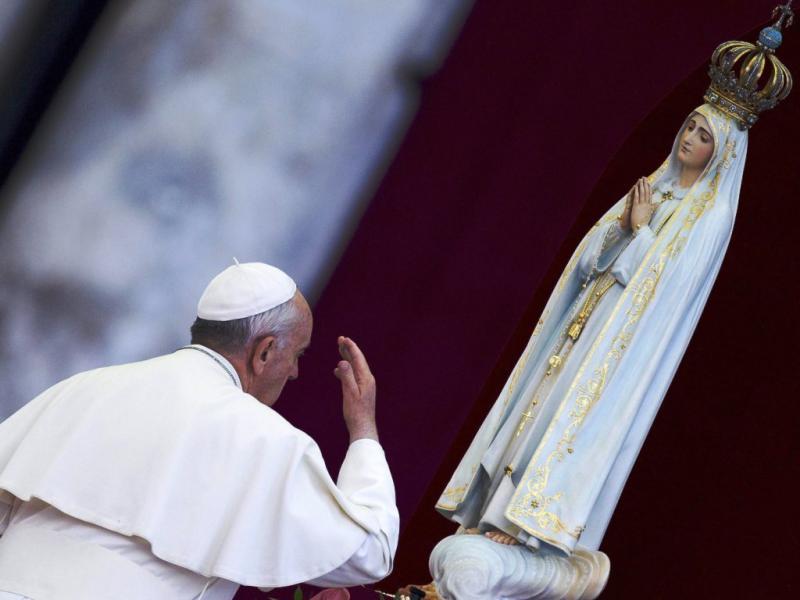 Papa Francisco com imagem de Nossa Senhora de Fátima, no Vaticano, a 13 de outubro de 2013 (EPA, Claudio Peri)
