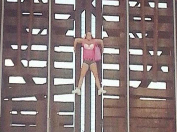 Mulher pendurada a uma ponte ferroviária nos Estados Unidos (Foto Reprodução/Sky News)