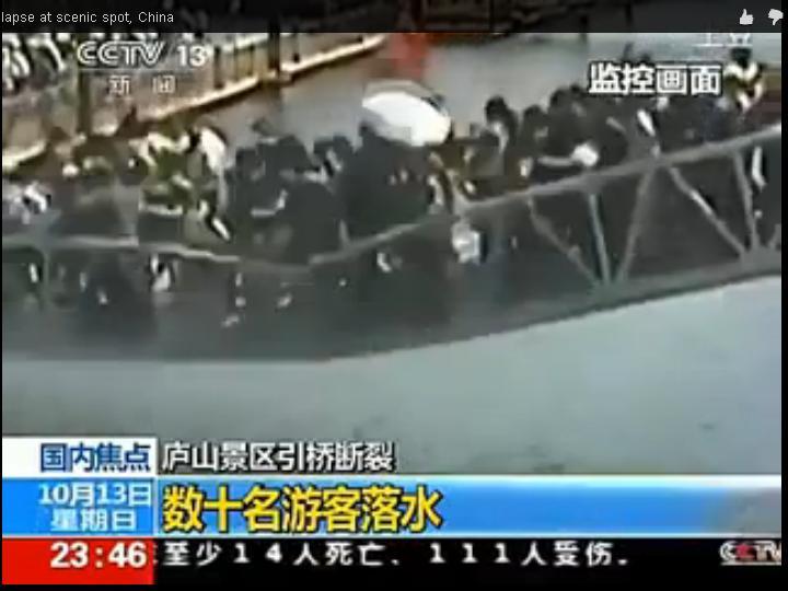 Ponte de acesso a parque cai e faz dez feridos