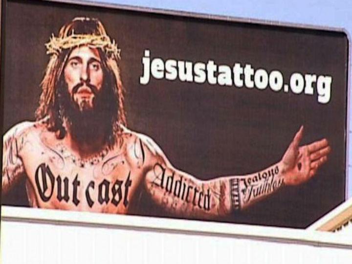 Cartaz publicitário mostra Jesus Cristo tatuado (Foto Reprodução ABC News)