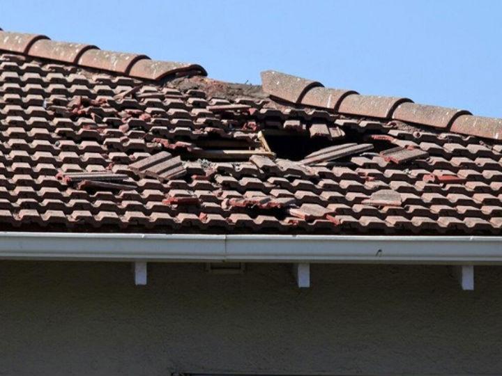 Americano fotografou o telhado do motel após a porta do avião cair sobre o prédio (Foto: Reprodução/Twitter/Vern Fisher)
