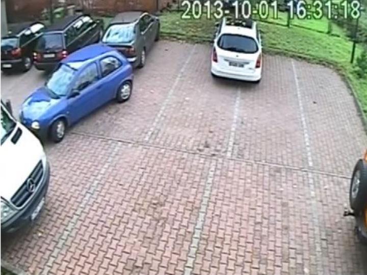 Condutora do carro azul ao tentar manobrar  (Foto Reprodução YouTube)