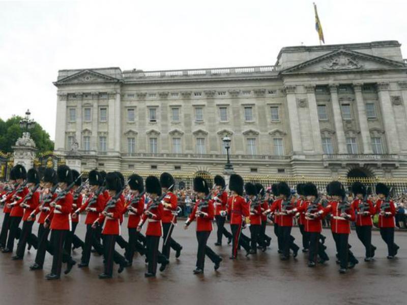 Guardas reais em frente ao Buckingham Palace (Foto: Reuters)