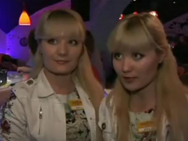 Este bar em Moscovo só contrata gémeos (Reprodução / youtube / CNNWordNewsWatch)